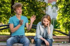 La ragazza era stanca di conversazione Il tipo sta parlando con ragazza Riluttanza ascoltare l'interlocutore Un tipo con la a Fotografie Stock