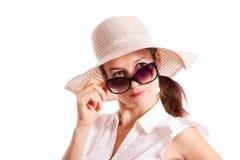 La ragazza esamina gli occhiali da sole Immagine Stock