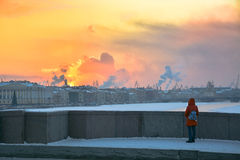 La ragazza esamina il tramonto dell'inverno da un ponte a St Petersburg Immagini Stock Libere da Diritti