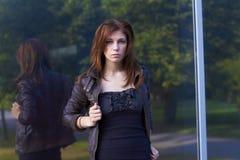 La ragazza esamina il visore Fotografia Stock