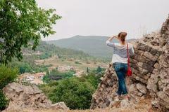 La ragazza esamina la distanza Fotografia Stock
