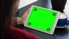 La ragazza esamina lo schermo verde dell'aggeggio video d archivio