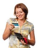 La ragazza esamina una carta di credito Fotografia Stock