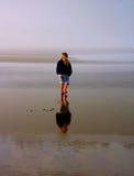 La ragazza esplora la spiaggia vuota immagine stock