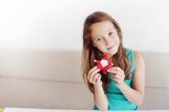 La ragazza fa gli origami di Natale Santa Claus, abete immagine stock