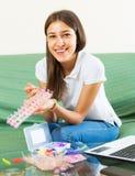 La ragazza fa i braslets con elastico Fotografia Stock