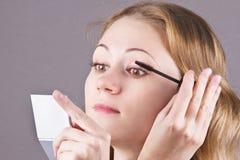 La ragazza fa il trucco sugli occhi Fotografia Stock Libera da Diritti