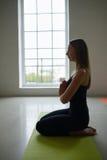 La ragazza fa l'allungamento dell'esercizio di yoga Immagine Stock Libera da Diritti