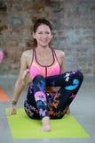 La ragazza fa l'allungamento dell'esercizio di yoga Fotografia Stock Libera da Diritti
