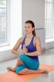 La ragazza fa l'allungamento dell'esercizio di yoga Immagini Stock Libere da Diritti