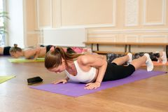 La ragazza fa l'allungamento dell'esercizio di yoga Immagini Stock