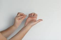 La ragazza fa la procedura professionale del manicure Le mani si chiudono in su fotografia stock libera da diritti