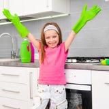 La ragazza fa la pulizia nella cucina Fotografie Stock Libere da Diritti