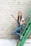 La ragazza fa la preparazione per la verniciatura del gazebo di superficie di legno, recinto fotografie stock libere da diritti
