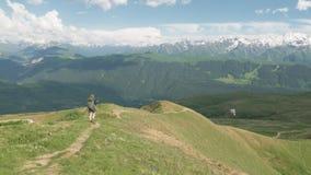 La ragazza fa un'escursione nelle montagne - area dei laghi Koruldi, Mestia, la Georgia archivi video