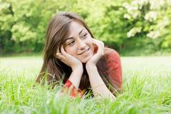 La ragazza felice all'aperto si è distesa Fotografia Stock