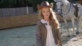 La ragazza felice cammina al cavallo su un'area 4K video d archivio