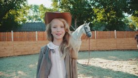 La ragazza felice cammina e posa all'area del cavallo 4K video d archivio