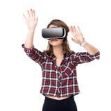 La ragazza felice che ottiene l'esperienza facendo uso dei vetri della cuffia avricolare di VR di realtà virtuale, molto gesticol fotografia stock