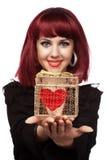 La ragazza felice con cuore ha imballato in un contenitore di regalo Fotografie Stock Libere da Diritti