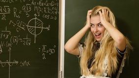 La ragazza felice del banco su per la matematica classifica l'individuazione della soluzione Immagini Stock Libere da Diritti