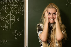 La ragazza felice del banco su per la matematica classifica l'individuazione della soluzione Immagini Stock