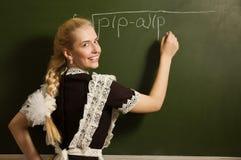 La ragazza felice del banco su per la matematica classifica l'individuazione della soluzione Fotografie Stock