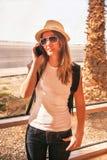 La ragazza felice del viaggiatore è vicino alla finestra dell'aeroporto Fotografia Stock