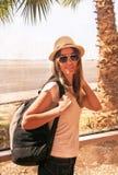 La ragazza felice del viaggiatore è vicino alla finestra dell'aeroporto Fotografia Stock Libera da Diritti
