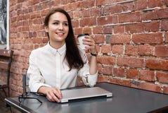 La ragazza felice dello studente sopra si rilassa nel caffè urbano della città Immagine Stock Libera da Diritti