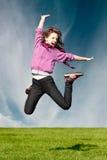 La ragazza felice di gioia salta Fotografie Stock Libere da Diritti