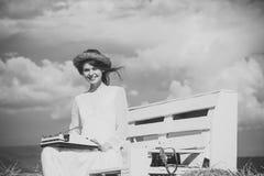 La ragazza felice di Happy del giornalista in corona ed il bianco si vestono sul banco Fotografie Stock