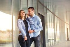 La ragazza felice ed il ragazzo teenager che hanno buon divertimento cronometrano all'aperto selettivo Immagini Stock