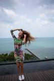 La ragazza felice, essendo nei tropici, è molti mari, l'erba, gli alberi, la foto calda, ragazza l'al mare, zhknshchina alla moda fotografie stock libere da diritti