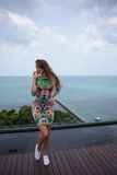 La ragazza felice, essendo nei tropici, è molti mari, l'erba, gli alberi, la foto calda, ragazza l'al mare, zhknshchina alla moda immagini stock libere da diritti