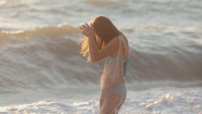 La ragazza felice funziona lungo la spiaggia e gode di video d archivio