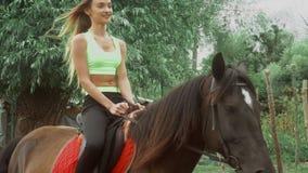 La ragazza felice guida a cavallo archivi video