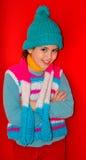 La ragazza felice in lana variopinta tricotta immagine stock