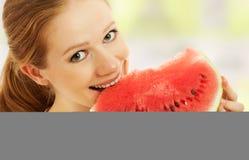 La ragazza felice mangia l'anguria Immagine Stock Libera da Diritti
