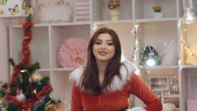 La ragazza felice si è vestita nella posa, nel dancing e nel sorridere neve-nubili del vestito del fascino archivi video