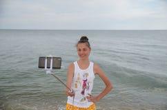 La ragazza felice spara il selfie su uno Smart Phone in un viaggio dal mare Fotografie Stock