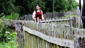 La ragazza felice va lungo la via del villaggio video d archivio