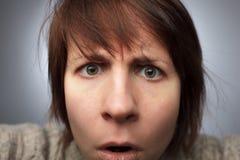 La ragazza fissa nella macchina fotografica: malinteso e confusione Fotografia Stock