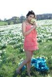 La ragazza fiuta i fiori che si sono raccolti immagini stock
