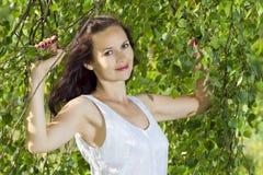 La ragazza in foglie della betulla Immagine Stock Libera da Diritti