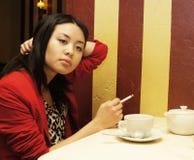 La ragazza fuma un cigaret fotografie stock libere da diritti