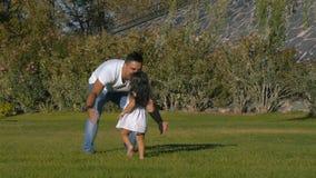 La ragazza funziona al papà che la accoglie con a braccia aperte video d archivio