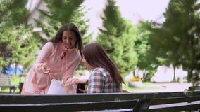 La ragazza funziona al suo amico dopo la compera e le mostra gli acquisti 4K archivi video
