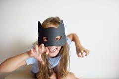 La ragazza gioca in una maschera fatta da sé di Frankinstein Immagini Stock Libere da Diritti