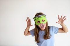 La ragazza gioca in una maschera fatta da sé di Frankinstein Fotografia Stock